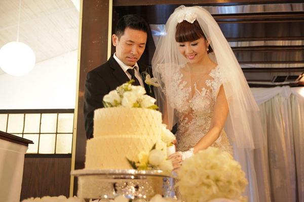 Toàn bộ váy được làm từ chất liệu ren nhập từ Italy, kiểu dáng ôm sát để tôn lên thân hình gợi cảm của cô dâu. Giá của chiếc váy khoảng hơn 200 triệu đồng.