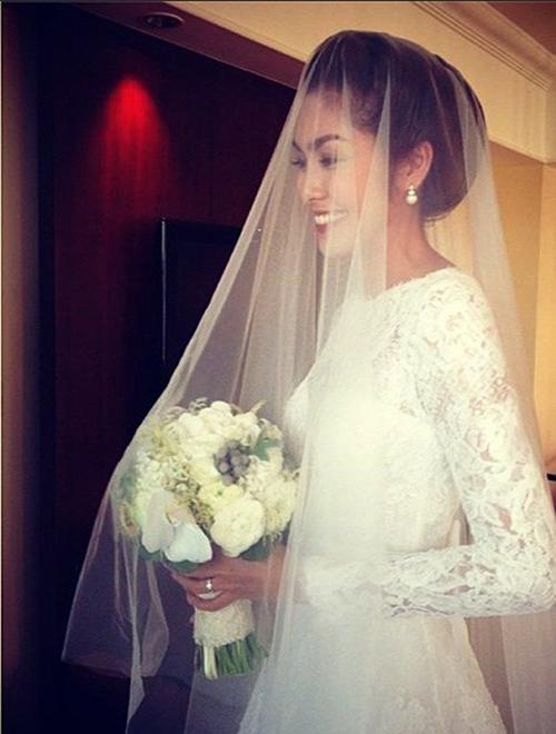 Ngọc nữ Hà Tăng diện váy cưới ren cổ điển thuộc thương hiệu Monique Lhuillier trong ngày trọng đại. Thiết kế nằm trong BST váy cưới xuân năm 2012 của thương hiệu Monique Lhuillier. Giá của mẫu váy cưới cổ điển này là hơn 200 triệu đồng.