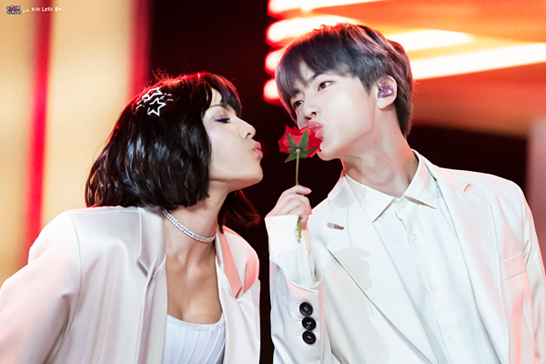 Tối 1/5 (giờ địa phương), BTS tham dự lễ trao giải Billboard Music Awards 2019 tại Nevada, Mỹ. Tiết mục Boy with Luv của BTS được rất nhiều khán giả chờ đợi. Trong đó, khoảnh khắc cầm hoa hồng hôn gió cùng nữ ca sĩ Halsey là một trong những hình ảnh gây bão trên mạng xã hội.