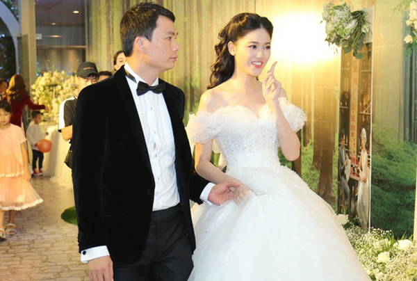 Thanh Tú làm đám cưới với ông xã hơn 16 tuổi vào tháng 12/2018. Khi bước vào lễ đường, cô dâu lựa chọn mẫu váy trễ vai của nhà mốt Hacchic Bridal, lấy cảm hứng từ hình ảnh của nàng công chúa Lọ Lem, có giá 400 triệu đồng.