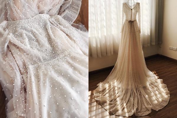 Bộ váy cũng có giá khoảng 230 triệu đồng. Vì đặt may riêng nên dù chỉ được nhận váy 1 tiếng trước khi diễn ra hôn lễ, trang phục vẫn vừa khít với thân hình của Mai Ngọc.