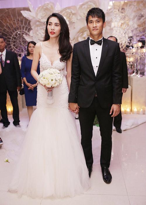 Đám cưới Thủy Tiên - Công Vinh vào năm 2014 từng gây xôn xao vì mức độ xa hoa. Để tôn lên vóc dáng gợi cảm, cô dâu đặt may riêng những bộ váy cưới có thiết kế khá táo bạo. Nổi bật trong đó là bộ váy hai dây xẻ ngực sâu, dáng trumpet.