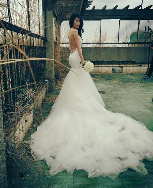 Chiếc váy được NTK Đỗ Long làm từ chất liệu nhập ngoại như ren Italy, voan cao cấp và hạt đá Swarovski.