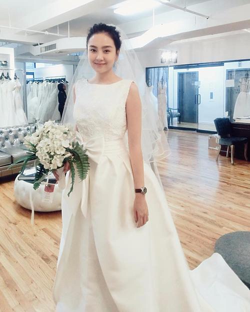 Vốn là mỹ nhân yêu thời trang, Mai Ngọc đầu tư rất mạnh tay cho đám cưới hồi năm 2016 với nhiều váy cưới xa hoa.màu trắng kem đính nơ ngang eo của thương hiệu Rosa Clara đã gây được ấn tượng mạnh mẽ. Giá của chiếc váy này là 10.000 USD (khoảng 230 triệu đồng)
