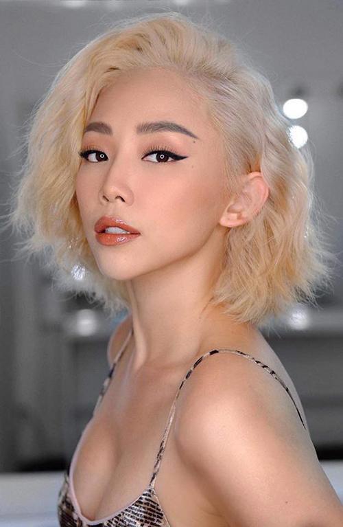 Trở về Việt Nam, người đẹp thay đổi hoàn toàn phong cách. Nhiều người bất ngờ khi thấy cô gái đầy đặn ngày nào giờ trở thành mỹ nhân gợi cảm hàng đầu. Mái tóc xù cũng được thay bằng các kiểu tóc ngắn cá tính, tuy nhiên đường nét xinh đẹp trên gương mặt của cô vẫn được giữ nguyên.