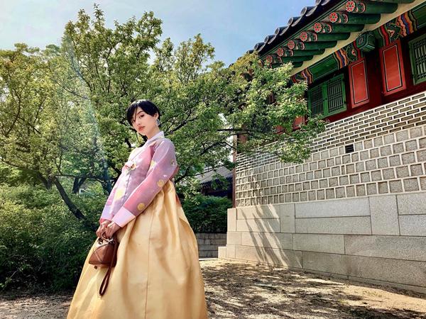 Khánh Linh lần đầu trải nghiệm mặc hanbok khi đến Hàn Quốc.
