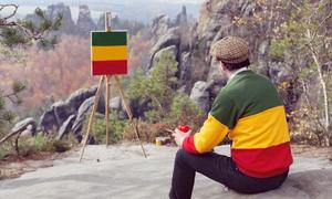 Nghệ sĩ đi khắp châu Âu chỉ để vẽ mẫu áo của chính mình