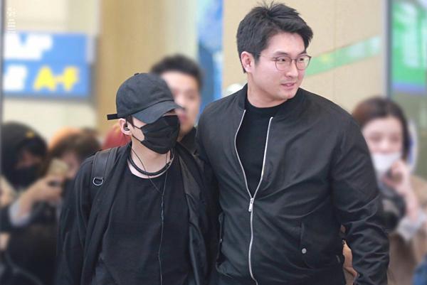 Quản lý Se Jin là người xách đồ,bảo vệ BTS mỗi lần nhóm xuất hiện ở sân bay.