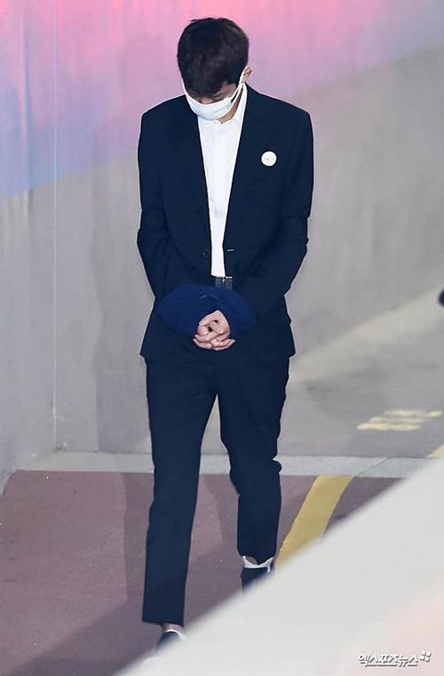 Jung Joon Young tránh ống kính báo chí, lặng lẽ bước đi với hai tay bị trói. Sau thời gian tạm giam, nam ca sĩ lộ vẻ tiều tụy, cắt phăng mái tóc dài.