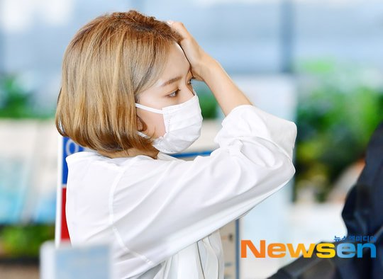 Các diễn viên xứ Hàn thường không nhuộm tóc quá nổi nhưng Park Shin Hye đã dũng cảm thử nghiệm trong thời gian nghỉ ngơi. Khi nhìn tạo hình của nữ diễn viên ở sân bay, nhiều fan cho rằng Shin Hye nên thử nghiệm vai diễn là một ngôi sao Kpop. Nữ diễn viên sinh năm 1990 không chỉ diễn xuất giỏi mà còn có đam mê với vũ đạo, thường cover nhạc Kpop trong fanmeeting. Netizen cho rằng, nếu debut trong nhóm nhạc, Park Shin Hye chắc chắn đảm nhận vai trò visual.