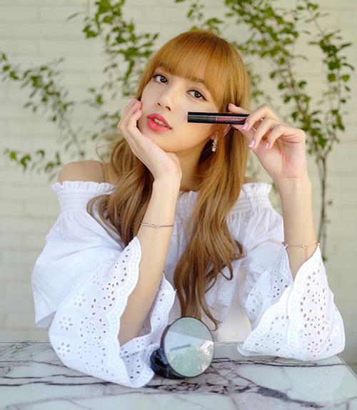 Hàng loạt cô gái Hàn cũng thi nhau muaCream Paint Stain Fit của thương hiệu Moonshot