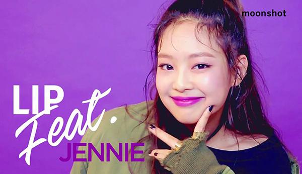 Jennie cũng từng tô màu son giống hệt Lisa, trong chiến dịch quảng bá cho dòng son Lip Feat hợp tác cùng thương hiệu Moonshoot.