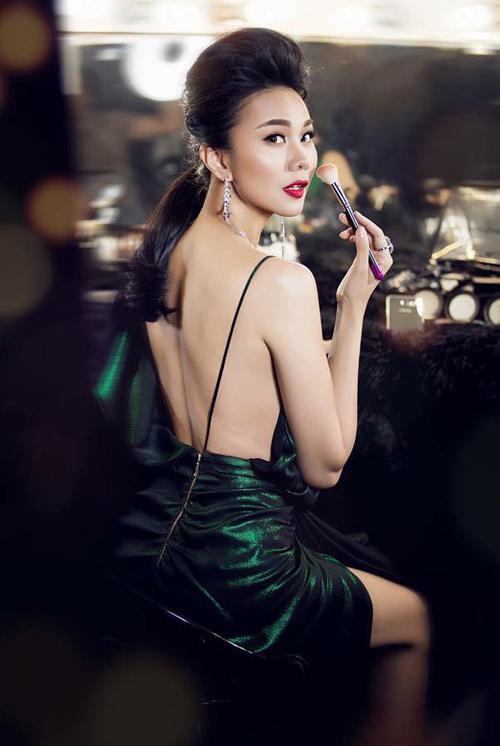 Dây siêu mảnh của chiếc váy giúp lưng trần của Thanh Hằng càng thêm nuột nà.