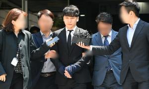 Seung Ri bị trói và còng tay sau khi rời tòa án