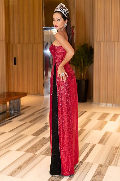 Trong bộ cánh cách điệu phối giữa áo dài truyền thống và váy dạ hội quyến rũ