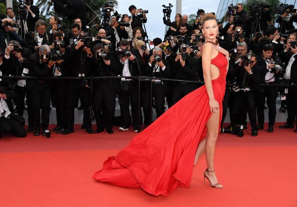 Trên thảm đỏ LHP Cannes 2019 ngày thứ tư, Bella Hadid thành tâm điểm chú ý với bộ váy dạ hội đỏ rực.