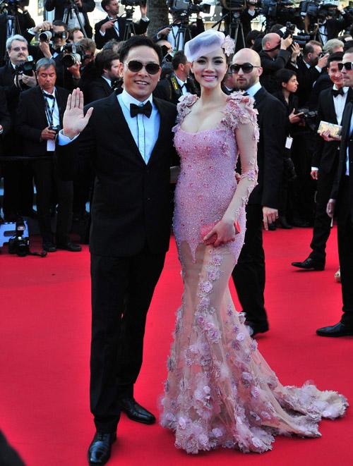 Trang Nhung nổi bật nhất đoàn với bộ váy đắp xuyên thấu, giúp cô khoe vòng một cùng chân dài.