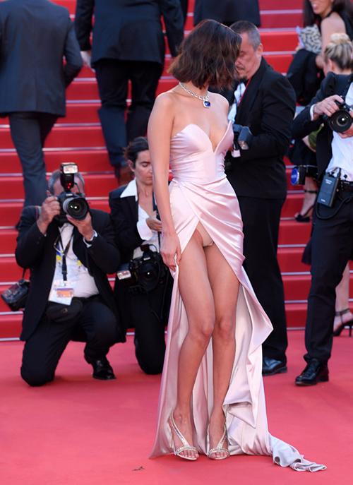 Bella Hadid từng mắc lỗi trang phục vìdiện váy xẻ quá cao lên thảm đỏ LHP Cannes 2017. Khi đang vén váy để chụp hình, cô lộ nội y. Phần cúp ngực hơi rộng còn khiến kiều nữ nhiều phen khốn khổ vì sợ váy tuột.