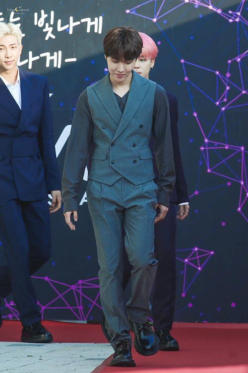 Tại lễ trao giải The Fact hồi tháng 4, bộ vest của J-Hope cũng nổi bật hơn hẳn các thành viên BTS.
