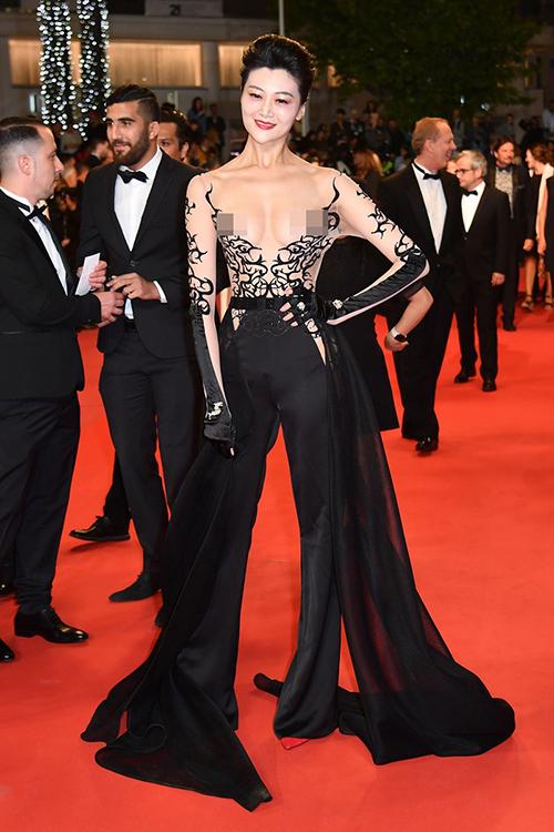 Người đẹp Trung Quốc Triệu Hân thành tâm điểm chỉ trích khi diện trang phục với phần thân trên xuyên thấu, phô trương vòng một không che chắn.