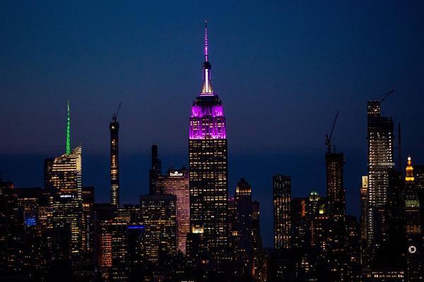 Tối21/5 (giờ địa phương),tòa nhà Empire State (New York, Mỹ)chiếu đén màu tím trên đỉnh tháp dành cho BTS và cộng đồng Army.