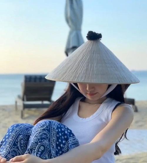 Ngày 22/5, Na Eun (Apink) chia sẻ loạt ảnh trong chuyến đi đến Đà Nẵng. Nữ idol lặng lẽ đến Việt Nam theo lịch trình riêng và nghỉ tại một resort. Nhiều fan bất ngờ khi Na Eun đăng story và ảnh check-in tại Đà Nẵng trên Instagram.