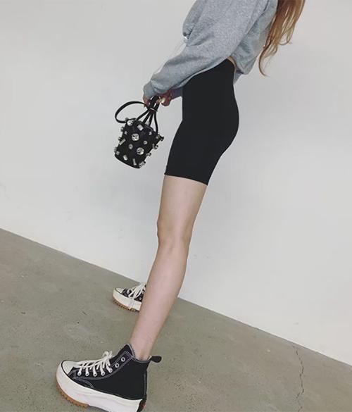 Chiếc quần siêu bó tôn lên vòng eo con kiến và đôi chân dài, mảnh mai của Hyun Ah. Nhiều fan cho rằng nếu thân hình có da có thịt thêm đôi chút, cô nàng sẽ diện biker shorts càng hoàn hảo.