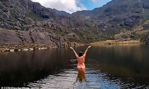 Chụp ảnh nude bảo vệ môi trường, du khách bị chỉ trích làm ô uế hồ nước