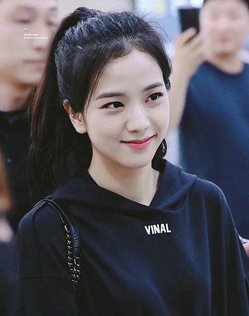 Ji Soo rất xinh đẹp khi buộc tóc cao.