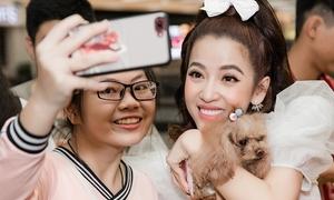 Puka mang chó đi xem phim khiến fan đua nhau cưng nựng
