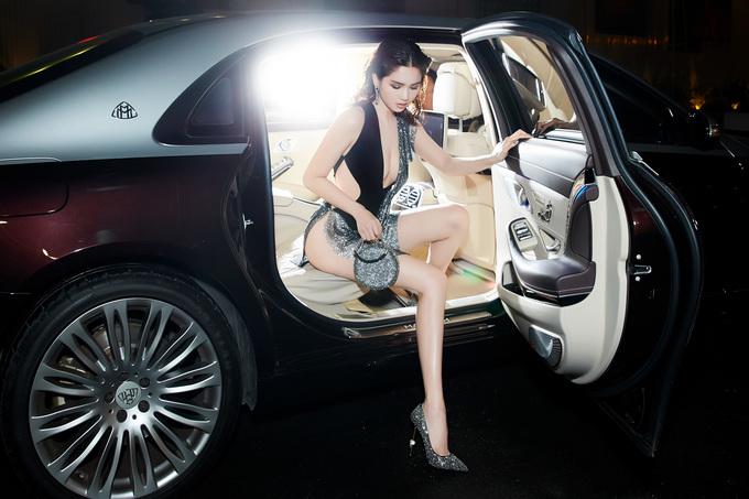 """<p> Tối 2/6, Ngọc Trinh tham dự show diễn của nhà thiết kế thân thiết Đỗ Long. Đây chính là """"tác giả"""" bộ trang phục gây tranh cãi của cô tại LHP Cannes 2019.</p>"""
