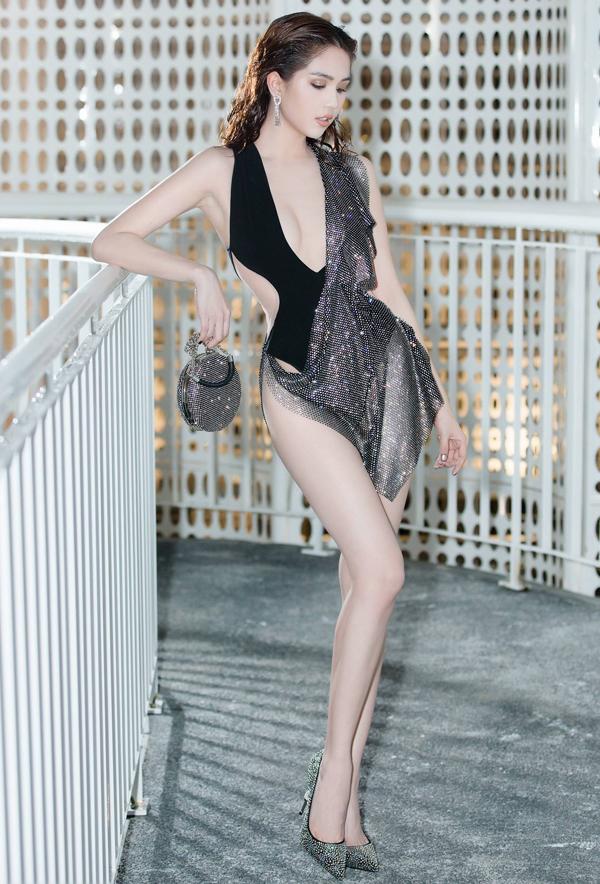 """<p> Bất chấp chỉ trích, Ngọc Trinh vẫn trung thành với phong cách táo bạo. Đỗ Long tiếp tục sáng tạo cho """"nữ hoàng nội y"""" bộ cánh gợi cảm, khoe tối đa lợi thế hình thể và làn da trắng.</p>"""