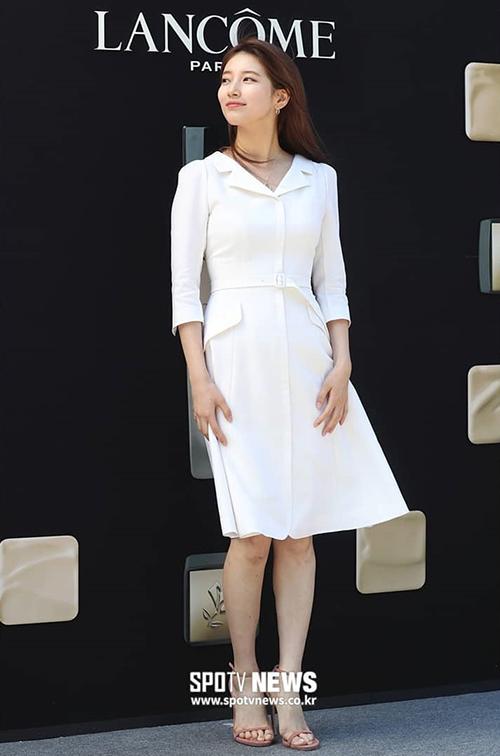 Bạn gái cũ Lee Min Ho mix thêm giày cao gót màu hồng nude để tăng thêm phần sang trọng, quý phái.
