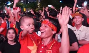 Hàng nghìn CĐV trên phố Nguyễn Huệ vỡ òa vì Anh Đức
