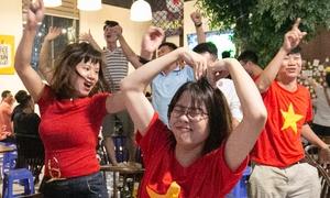 Việt Nam hạ Thái Lan vào phút chót, CĐV hò reo sung sướng