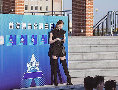 Với lợi thế chiều cao, nữ diễn viên hoàn toàn cân được kiểu boots quá gối.