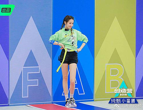 Chỉ đi giày thể thao, ngôi sao của Gia Hành vẫn tự tin catwalk đầy thần thái trên sân khấu.