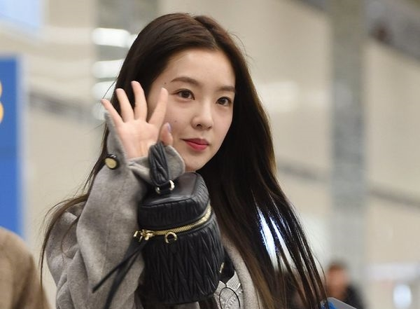 Irene chưa bao giờ khiến người hâm mộ thất vọng bởi nhan sắc miễn chê. Có gương mặt sắc nét, lông mày đậm, làn da trắng, cô nàng trôngvẫn xinh đẹp kể cả khi không son phấn.
