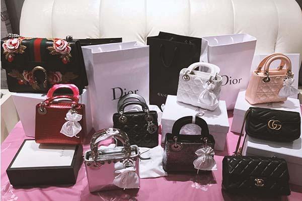 Với túi xách, Midu cũng bộc lộ tình yêu to lớn với chiếc Lady Dior, đi theo phong cách kiểu quý tộc sang trọng.