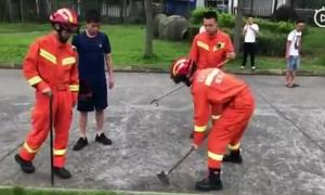 Lính cứu hỏa phá nắp cống tìm thẻ ID cho sĩ tử Trung Quốc