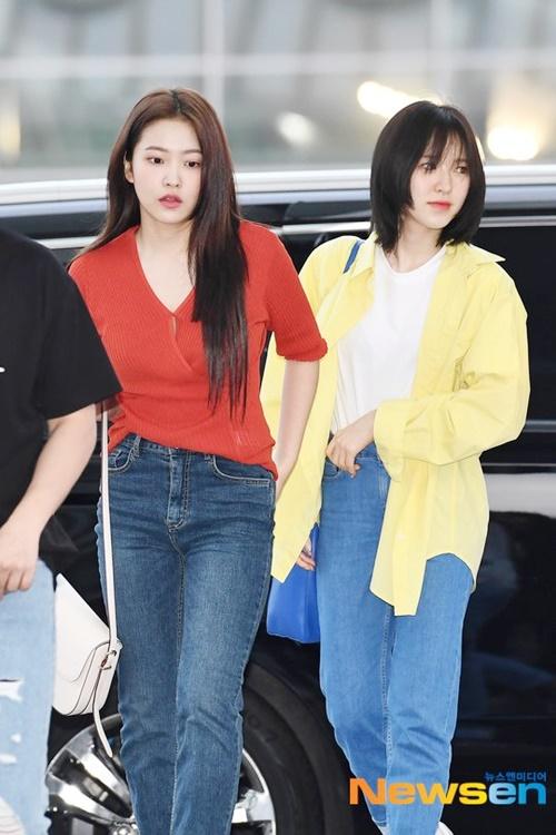 Yeri và Wendy (áo vàng) chọn tông màu nổi bần bật khi ra sân bay.