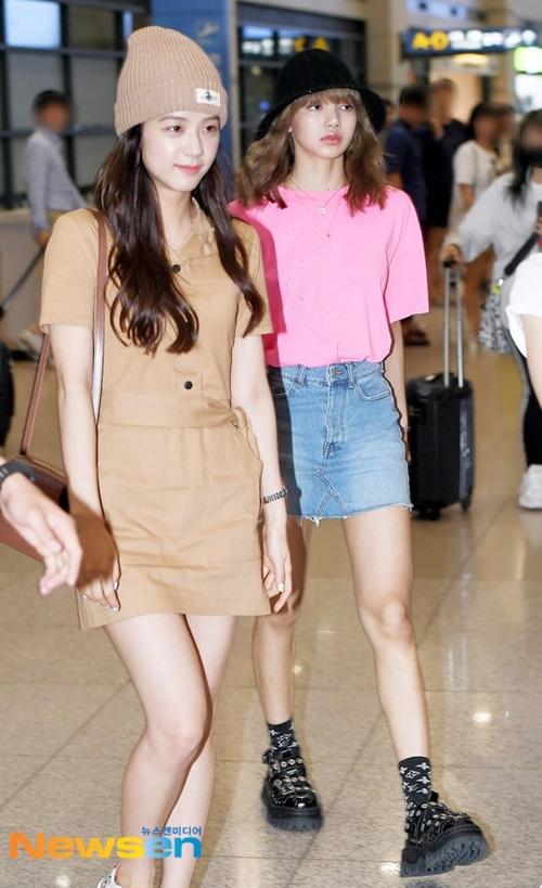 Rosé không đi cùng các thành viên, các thành viên dự đoán cô nàng có kỳ nghỉ riêng. Lisa hút ánh nhìn với áo hồng, đôi chân dài.