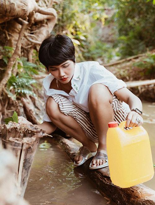 Để đôi chân có thời gian nghỉ ngơi, Hoa hậu Hoàn vũ Việt Nam 2015 sắm đủ kiểu dép lê, tuy nhiên đều có điểm chung là đề cao tính thoải mái hơn là thẩm mỹ.