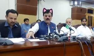 Bộ trưởng Pakistan gây cười vì 'hóa mèo' khi livestream họp báo