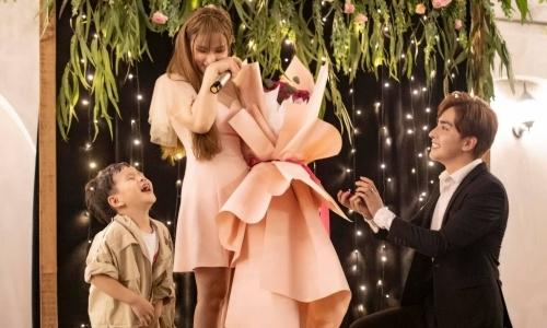 Thu Thủy xúc động khi bạn trai kém 10 tuổi cầu hôn