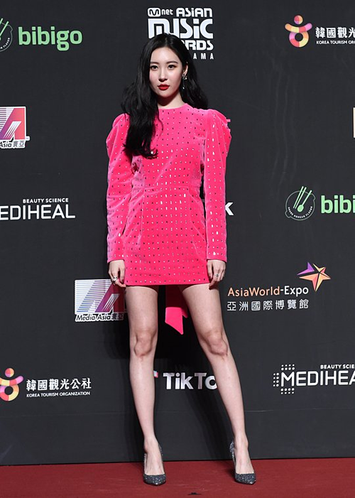 Sun Mi xuất hiện quyến rũ, quyền lực trên thảm đỏ MAMA 2018.