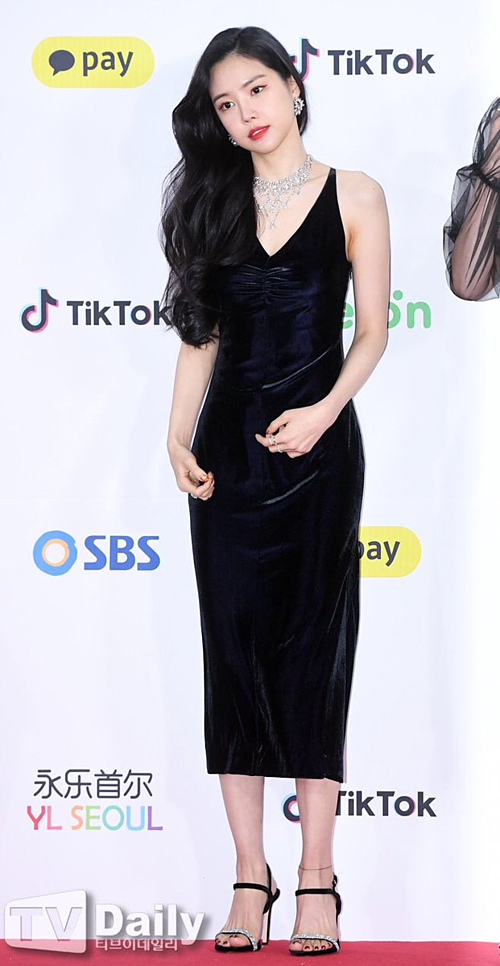 Sở hữu khí chất sang chảnh, Na Eun thường chọn trang phục màu đen bí ẩn để dự thảm đỏ. Cô nàng luôn ghi điểm bởi phong cách tinh tế và thân hình quyến rũ.