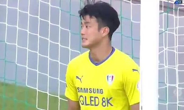 Thủ môn Hàn ngẩn người vì lỡ ghi bàn cho đối thủ