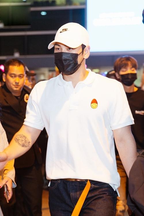 Họ diện trang phục giản dị với áo T-shirt và quần jean.