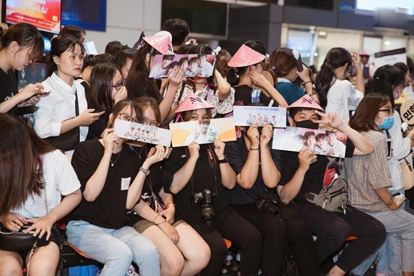 Hàng trăm fan có mặt tại sân bay reo hò khi thần tượng xuất hiện.